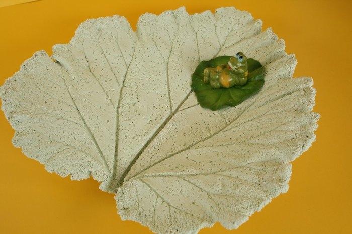 concrete-leaf-frog